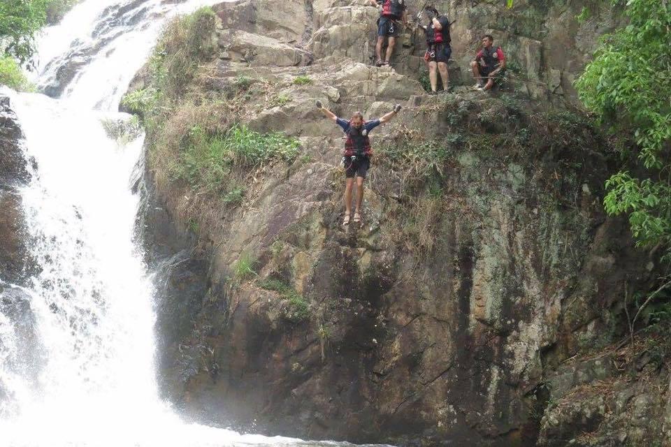 קפיצה למים במהלך סנפלינג מפלים בדה לאט