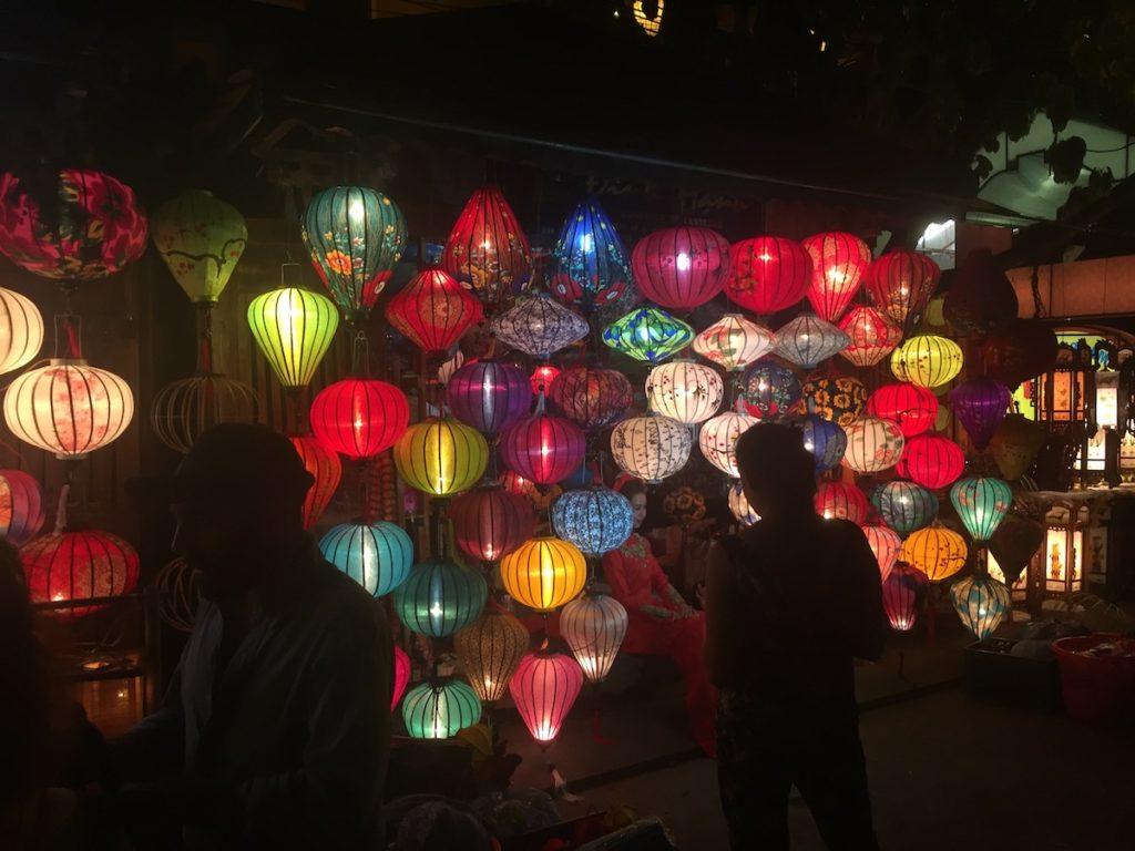 מנורות צבעוניות בשוק הלילה בהויאן
