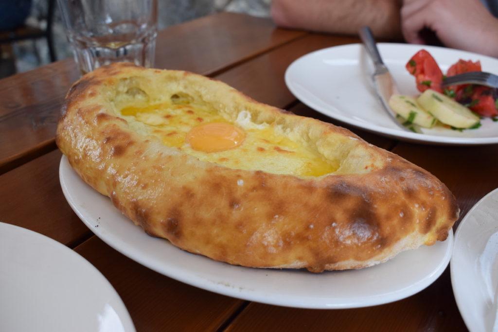 חצ'אפורי - לחם עם גבינה וביצה