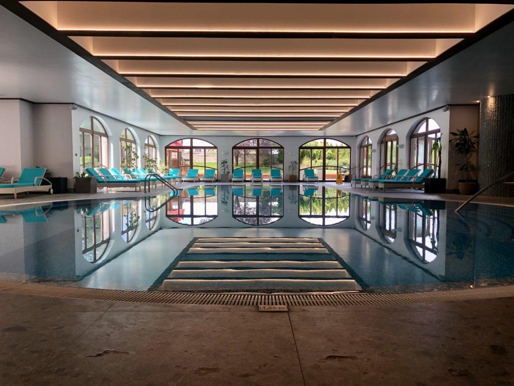 הבריכה המקורה של מלון קמפינסקי