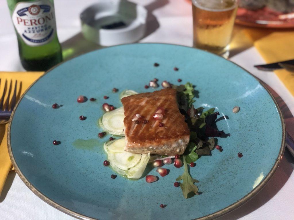"""ארוחת גומרה של דג סלמון ב-30 ש""""ח באחת המסעדות באזור"""