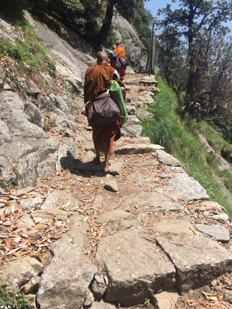 נזירים תאילנדים בדרך לפסגת הטריונד