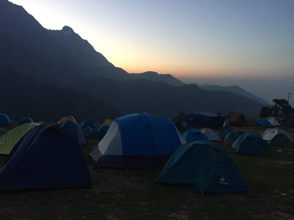 זריחה על מחנה האוהלים בבוקר
