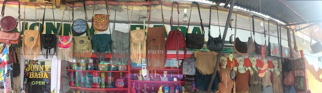 תיקי באחת החנויות במנאלי