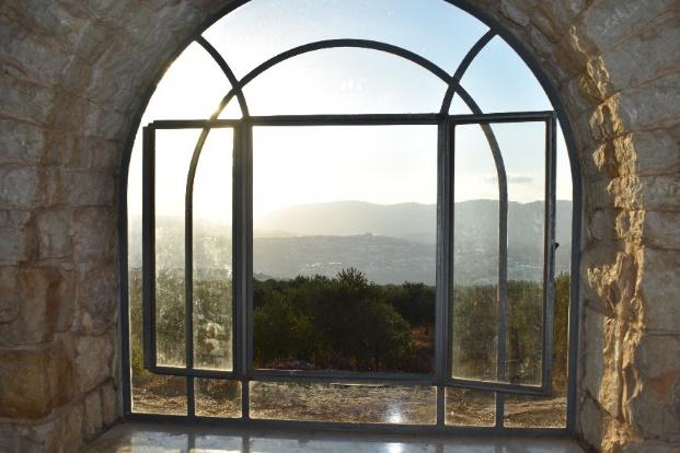 בזכות החלונות הדוים יש רוח קרירה ונעימה גם באוסוט
